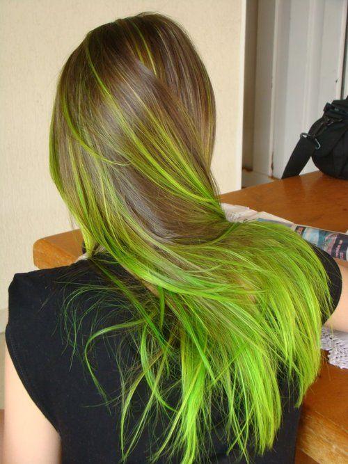 салатовые неоновые пряди на темно-русых волосах