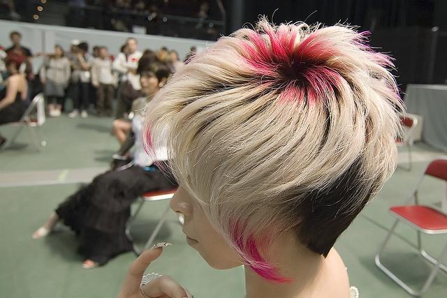 вариант окрашивания коротких светлых волос