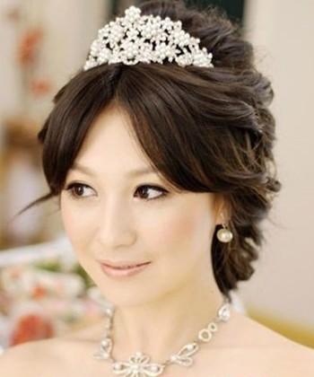 свадебные прически на средние волосы, с диадемой