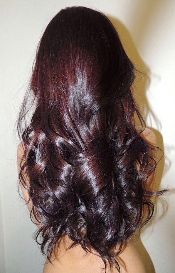Обычно после окрашивания волос хной и басмой проявляется красноватый оттенок.