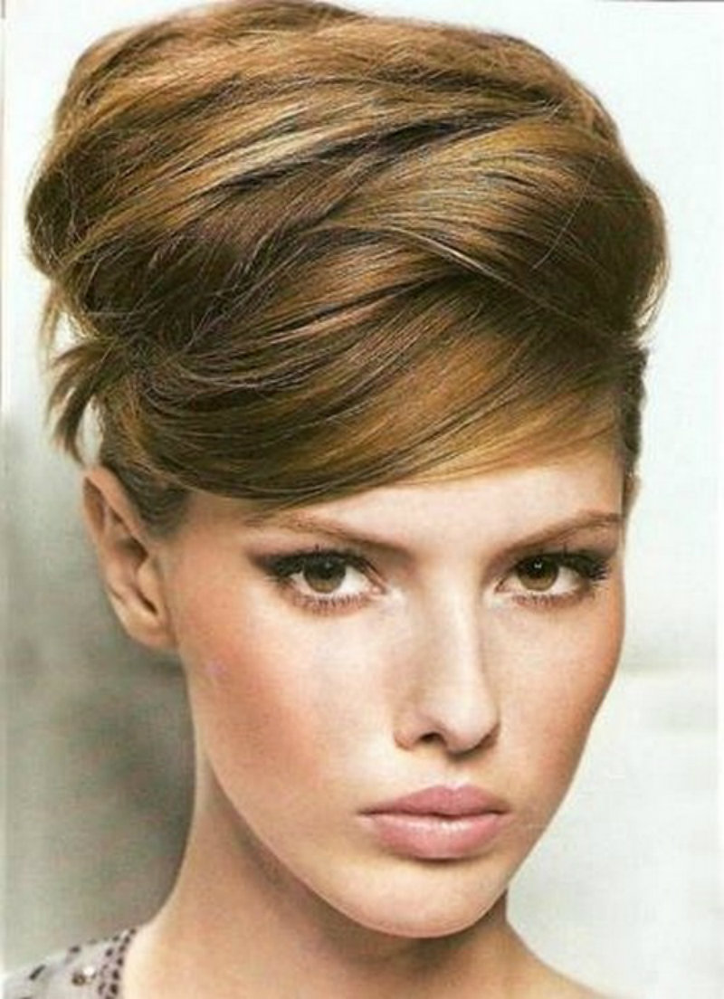 Вечерние высокие прически на средние волосы фото