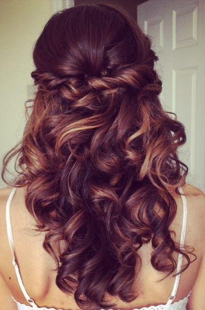 Прически на полураспущенные волосы: фото 27