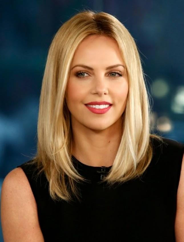 17 идеальных стрижек для блондинок: Шарлиз Терон 2