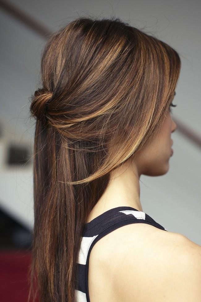 Прически на полураспущенные волосы: фото 30