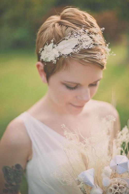 свадебные прически на короткие волосы: фото 52