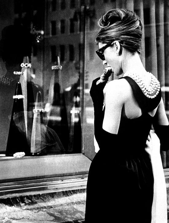 Одри Хепберн и ее прическа. Вид сзади