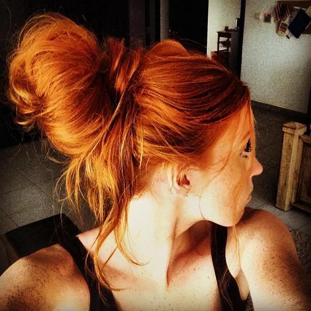 высокий пучок огненных волос