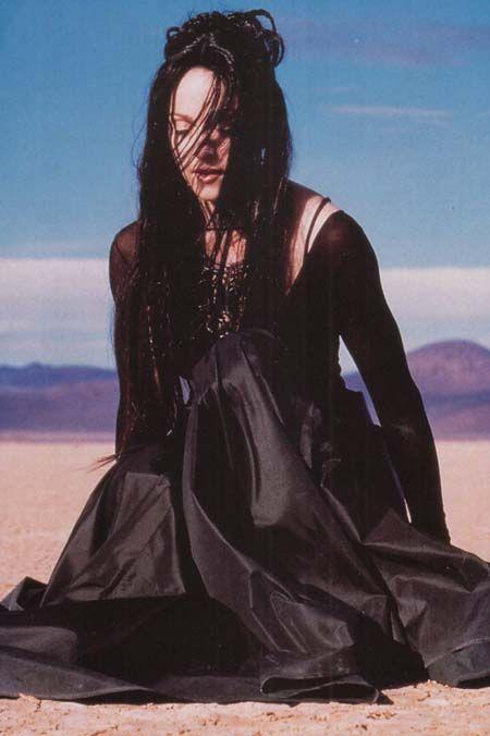 Мадонна Frozen прическа и платье
