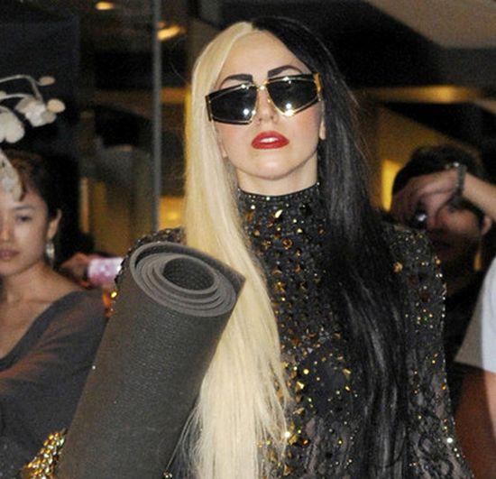Волосы двух цветов Леди Гага