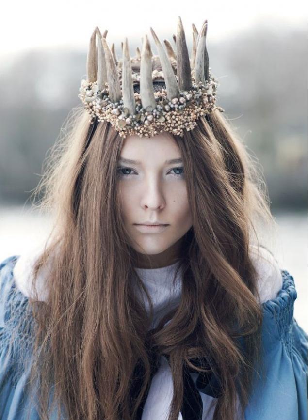 Прически на Новый год с короной