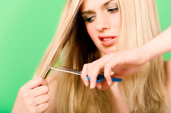 девушка стрижет волосы