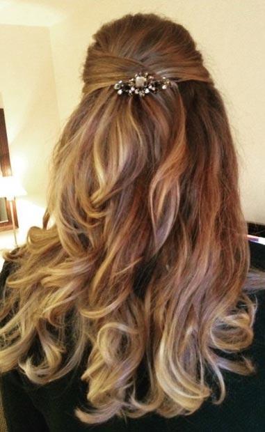 Прически на полураспущенные волосы: фото 23