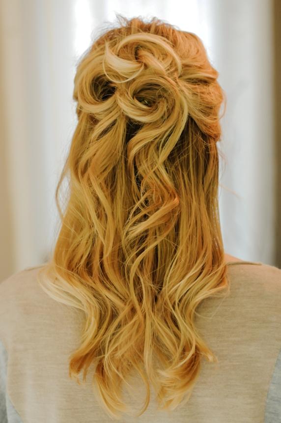 Прически на полураспущенные волосы: фото 37