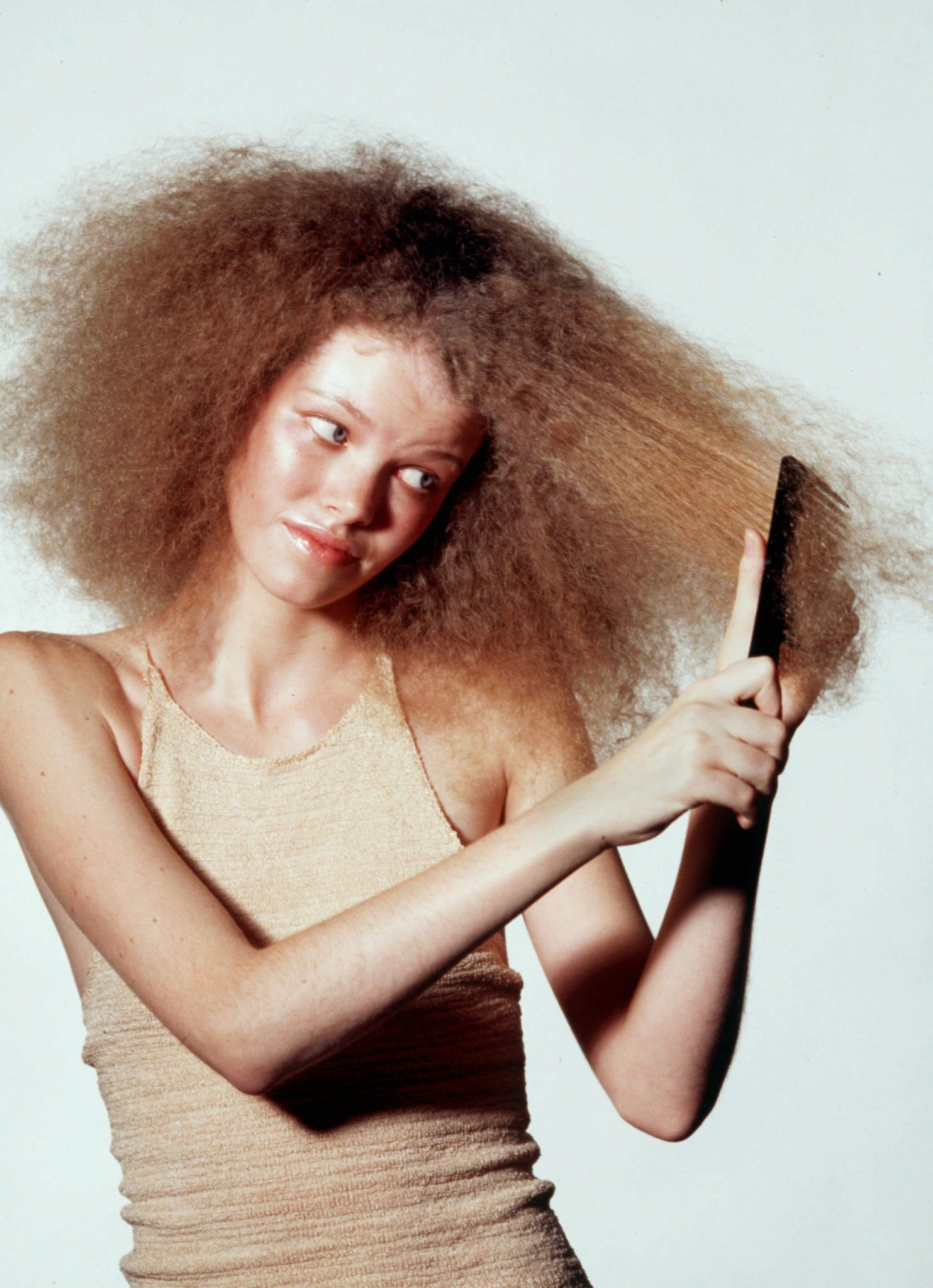 Story Slug: next3.ART KRT FASHION STORY SLUGGED: SUMMER KRT PHOTOGRAPH BY EVANS CAGLAGE/DALLAS MORNING NEWS (FORT WORTH OUT) (KRT13-July 24) Moisture, experts say, has a way of upsetting the chemistry in hair, making curly hair curlier and kinking broken ends in straight hair. Using styling products with silicone, not using heated styling appliances and avoiding the sun can all help to combat the frizzies. (DA) AP,PL,ARR (smd41505) 1997 (COLOR) (This photo may be of interest to At-Risk Readers) (Additional photos available on KRT/Presslink or upon request) --NO MAGS, NO SALES -- ORG XMIT: KRT13